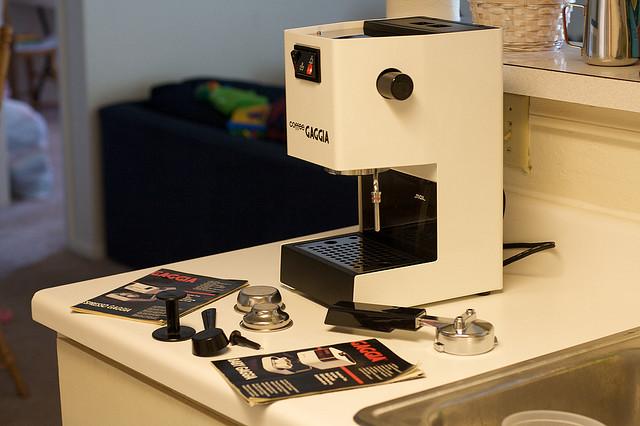 Для чистки вашей кофемашины, надо изучить инструкцию к ней. Как ни банально это звучит.