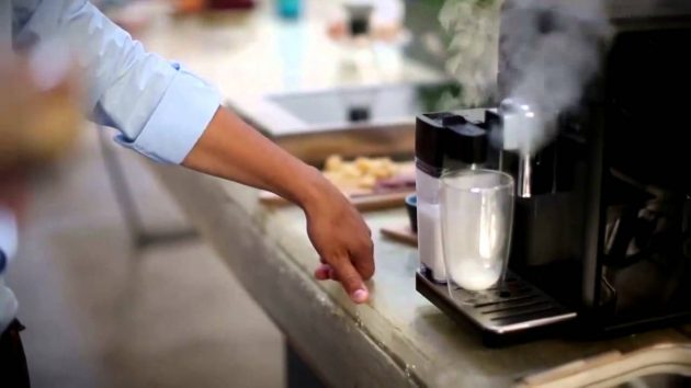 "Капучинатор ""за работой"" у Philips Saeco HD8964/01 Granbaristo. Фото: youtube.com, CoffeePlus"