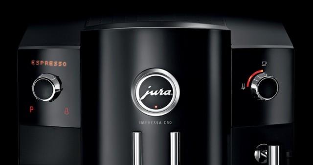 """У Jura Impressa C50 (как и у С60) есть экран. Он малозаметен с первого взгляда и находится вокруг боковых """"крутилок"""". У младшей модели C5 вместо эрана просто пиктограммы."""