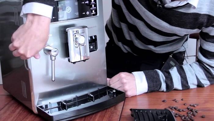 Поддон кофемашины Xelsis Evo приходится часто опорожнять Фото: youtube.com, BesteProduct