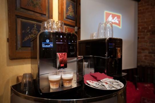 Двойной диспенсер кофемашины Мелитта Бариста льет молоко сразу в две чашки!