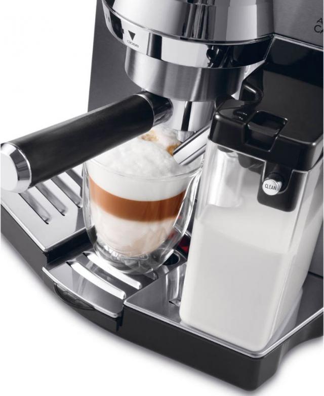 Автоматический молочник у кофемашины Делонги 850 готовит капучино в одно нажатие