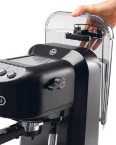 Бак для воды у кофеварки Delonghi EC250 достается сзади