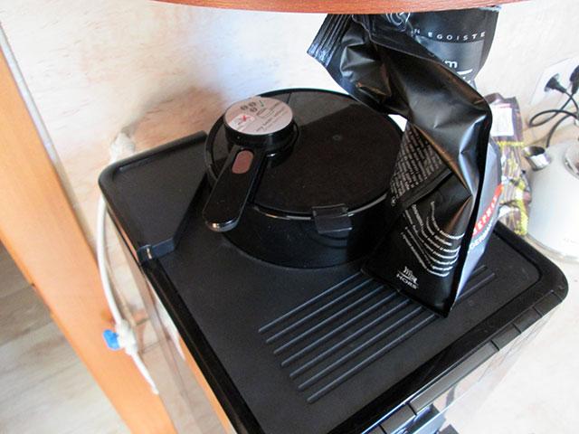 Теперь кофемашину можно задвинуть поглубже под навесной шкаф - нужды доставать бак для воды больше нет. Надо лишь оставить достаточно места, чтобы было удобно засыпать зерна.