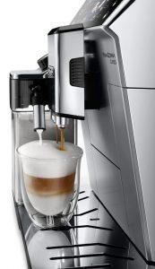 Кофемашина Delonghi ECAM-550.75 готовит капучино