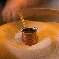 Кофе по-турецки в турке на песке.