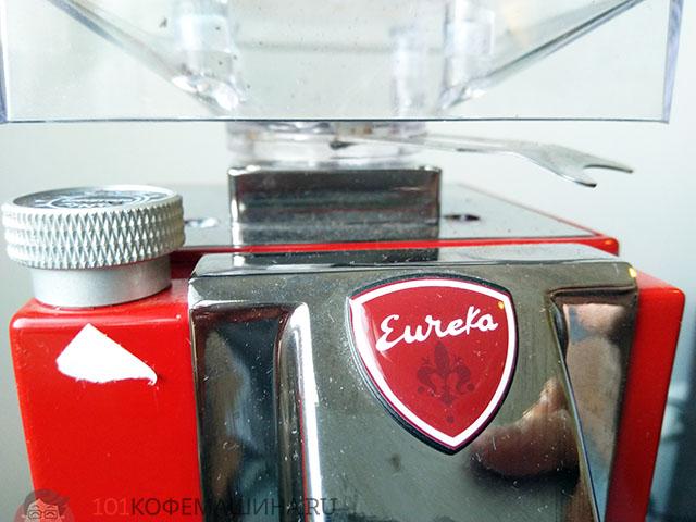 Верхняя часть кофемолки Эвриа Миньон: регулировка помола и бункер для зерен