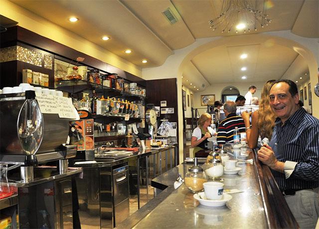 Типичный эспрессо-бар в Италии. Кажется, кто-то уже скорректировал свой кофе.