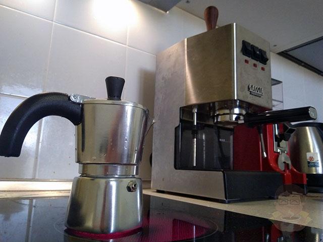 Кофейник Lagostina Brava с другими кофеварками и кофемолками на фоне