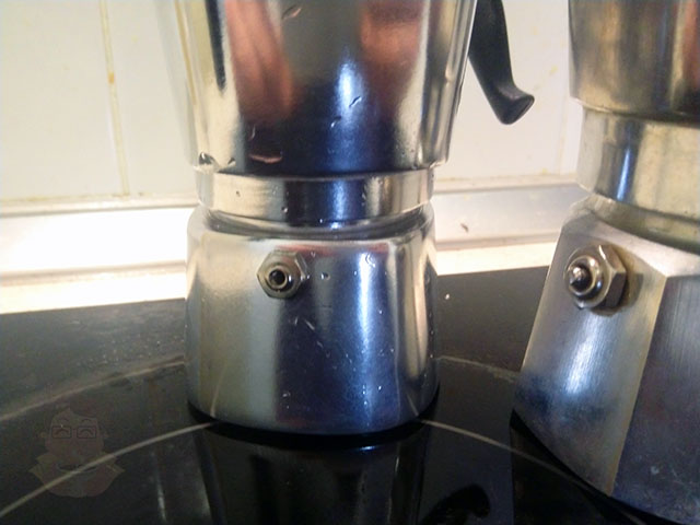 Разные клапана у дешевой китайской кофеварки и итальянской Bialetti