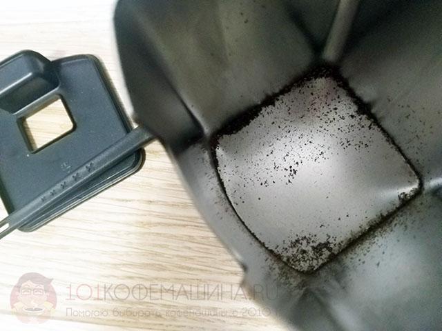 Металлический контейнер для молотого кофе кофемолки Вилфа Юниформ. Выступает одновременно как антистатик-элемент.