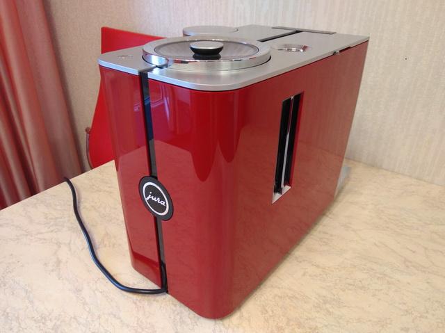 Красная компактная кофемашина JURA ENA8: вид сзади