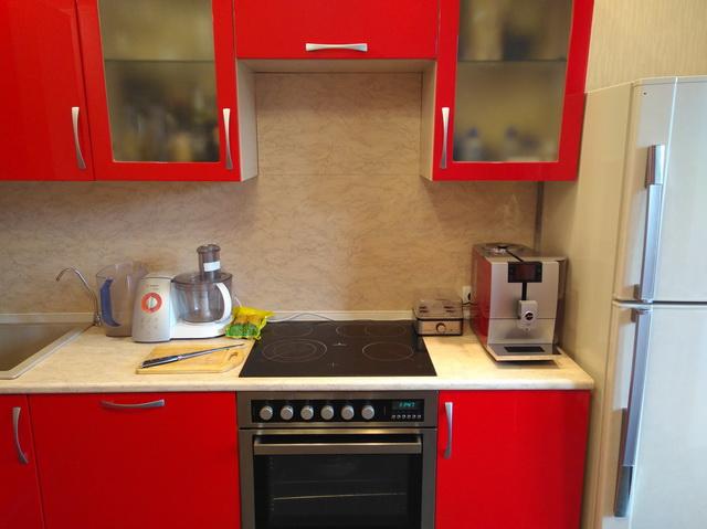 Красная кухня и красная кофемашина