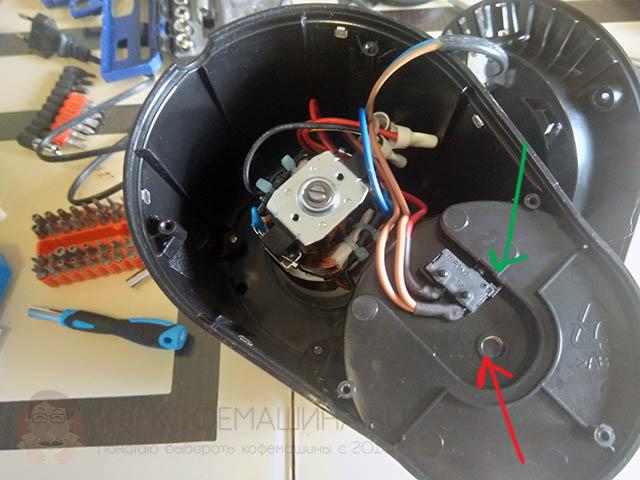 Как разобрать и отключить концевик, определяющий установленный контейнер, на кофемолке Kitfort KT-744