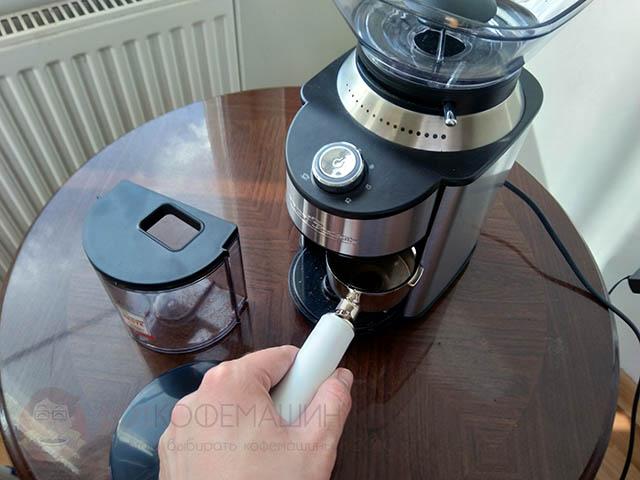 ProfiCook в отличие от Kitfort (да и большинства конкурентов) позволяет без доработок молоть напрямую в портафильтр рожковой кофеварки.