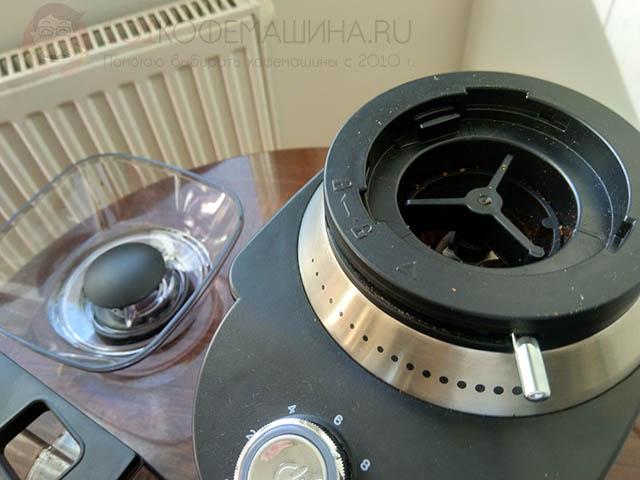 Крепление бункера и верхнего жернова у кофемолки ProfiCook PC-EKM1205