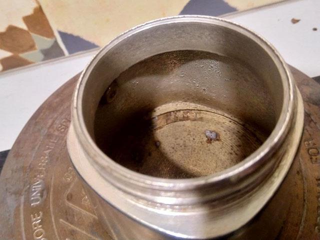 Странные темные пятна вроде ржавчиные в алюминиевой гейзерной кофеварке