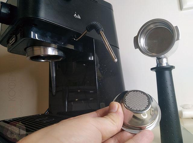 Особенность модели Delonghi EC230.BK - однодонные корзины и капучинатор без насадки панарелло. Для кого-то это плюс, для кого-то - жирный минус.