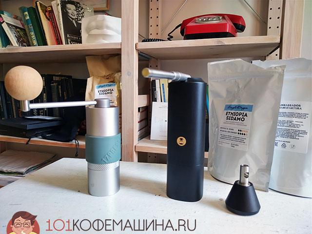 1Zpresso Q-series первого поколения и Timemore Chestnut X. Оценить разницу в размерах. Кофе для многочисленных тестов жерновов, кстати, любезно предоставлен новичком моего каталога обжарщиков - компанией Ambassador Manufaktura.
